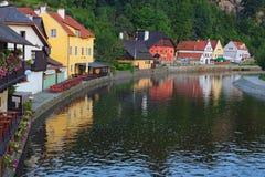 De zomerochtend bij de stad van Cesky Krumlov en Vltava-rivier De Plaats van de Erfenis van de Wereld van Unesco Tsjechische Repu Royalty-vrije Stock Afbeelding