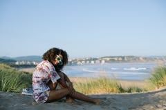 De de zomerochtend ontspant bij het strand royalty-vrije stock foto's
