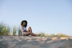 De de zomerochtend ontspant bij het strand stock afbeelding