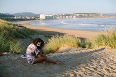 De de zomerochtend ontspant bij het strand royalty-vrije stock afbeelding
