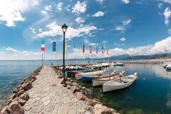De zomerochtend op Meer Garda Italië, Europa Het wordt gevestigd in NorthernItaly, ongeveer half tussen Brescia en Verona royalty-vrije stock foto's