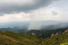 De zomeronweer in de Ciucas-Bergen Stock Foto
