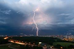 De zomeronweersbui met bliksem over Moskou, Rusland Stock Afbeelding