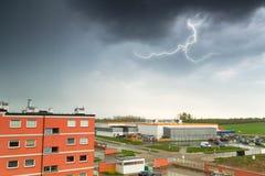 De zomeronweersbui over stadsgebouwen Royalty-vrije Stock Foto