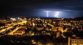 De zomeronweersbui in de stad Stock Afbeelding