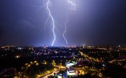 De zomeronweersbui in de stad Stock Foto