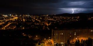 De zomeronweersbui in de stad Stock Foto's
