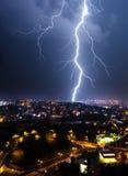 De zomeronweersbui in de stad Stock Fotografie