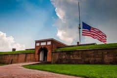 De zomeronweerswolken en Amerikaanse vlag over Fort McHenry in Balti stock foto's