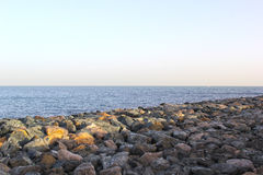 De zomeroverzees en rotsen Royalty-vrije Stock Afbeeldingen