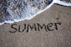 De zomeroverzicht van de tekst op het natte zand Stock Afbeelding