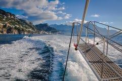 De zomerpanorama van dorpen in de Amalfi kust die van varende boot wordt gezien royalty-vrije stock afbeeldingen