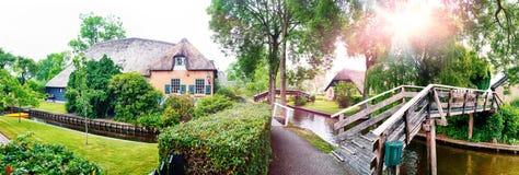 De zomerpanorama van Nederlands dorp Stock Afbeelding