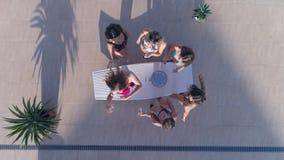 De de zomerpartij, bedrijf Goed gevormde meisjes in Zwempak heeft rust en drinkt champagne op de zomerrust stock videobeelden