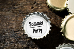 De zomerpartij of vieringsconcept met flessenbovenkanten Royalty-vrije Stock Fotografie