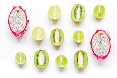 De zomerpatroon met kiwi en pitaya witte hoogste mening als achtergrond Royalty-vrije Stock Fotografie