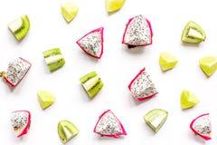 De zomerpatroon met kiwi en pitaya witte hoogste mening als achtergrond Royalty-vrije Stock Afbeeldingen
