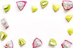 De zomerpatroon met omhoog kiwi en pitaya witte achtergrond hoogste meningsspot Stock Foto