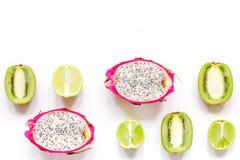 De zomerpatroon met omhoog kiwi en pitaya witte achtergrond hoogste meningsspot Stock Afbeeldingen