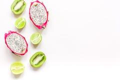 De zomerpatroon met omhoog kiwi en pitaya witte achtergrond hoogste meningsspot Stock Afbeelding
