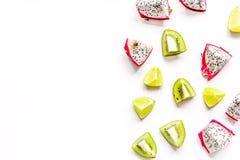 De zomerpatroon met omhoog kiwi en pitaya witte achtergrond hoogste meningsspot Stock Foto's