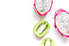 De zomerpatroon met omhoog kiwi en pitaya witte achtergrond hoogste meningsspot Royalty-vrije Stock Foto's