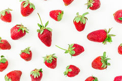 De zomerpatroon van zoete aardbeien op witte achtergrond wordt gemaakt die Vlak leg Hoogste mening Stock Afbeelding