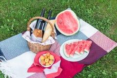 De zomerpicknick met Stokbrood, wijn en watermeloen Royalty-vrije Stock Afbeeldingen