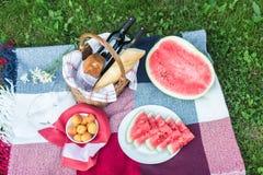 De zomerpicknick met Stokbrood, wijn en watermeloen Stock Foto