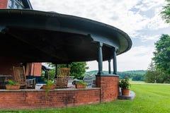 De zomerportiek bij de historische Herberg bij Shelburne-Landbouwbedrijven, Vermont royalty-vrije stock afbeeldingen