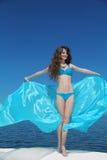 De zomerportret Gelukkig meisjesmodel plezier Aantrekkelijke manier Stock Afbeeldingen