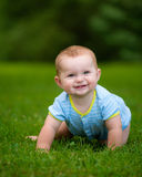 De zomerportret van de gelukkige zuigeling van de babyjongen in openlucht Stock Afbeelding