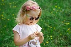 De zomerportret van een charmant meisje in een roze kleding en zonnebril Stock Afbeeldingen