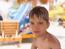 De zomerportret van een jongen in de schaduwen Stock Afbeelding