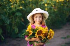 De zomerportret van een meisje met zonnebloemen royalty-vrije stock fotografie
