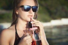 De zomerportret van een meisje in zonnebril stock fotografie