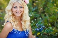 De zomerportret van een mooi jong blonde Royalty-vrije Stock Afbeeldingen