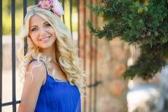 De zomerportret van een mooi jong blonde Stock Fotografie