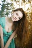 De zomerportret van een mooie jonge vrouw Stock Afbeeldingen