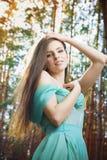 De zomerportret van een mooie jonge vrouw Stock Foto's