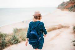 De zomerportret van jonge hipstervrouw in een bruine hoed die pret op het overzees hebben jonge slanke mooie vrouw, Boheemse uitr Royalty-vrije Stock Foto