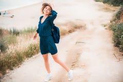 De zomerportret van jonge hipstervrouw in een bruine hoed die pret op het overzees hebben jonge slanke mooie vrouw, Boheemse uitr Stock Foto's