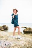 De zomerportret van jonge hipstervrouw in een bruine hoed die pret op het overzees hebben jonge slanke mooie vrouw, Boheemse uitr Stock Fotografie