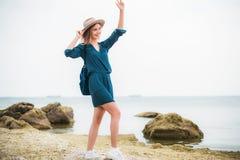 De zomerportret van jonge hipstervrouw in een bruine hoed die pret op het overzees hebben jonge slanke mooie vrouw, Boheemse uitr Royalty-vrije Stock Afbeeldingen