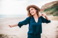 De zomerportret van jonge hipstervrouw in een bruine hoed die pret op het overzees hebben jonge slanke mooie vrouw, Boheemse uitr Royalty-vrije Stock Afbeelding