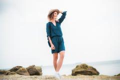 De zomerportret van jonge hipstervrouw in een bruine hoed die pret op het overzees hebben jonge slanke mooie vrouw, Boheemse uitr Royalty-vrije Stock Foto's