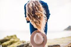 De zomerportret van jonge vrouw in bruine hoed openlucht het hebben van pret op het overzees Stock Foto's