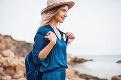 De zomerportret van jonge vrouw in bruine hoed openlucht het hebben van pret op het overzees Stock Afbeelding