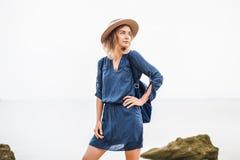 De zomerportret van jonge vrouw in bruine hoed openlucht het hebben van pret op het overzees Royalty-vrije Stock Afbeelding