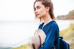 De zomerportret van jonge vrouw in bruine hoed openlucht het hebben van pret op het overzees Royalty-vrije Stock Foto
